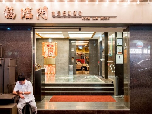 I ate at Hong Kong's 'cafeteria for the wealthy,' where the city's rich and famous hobnob over flawless Cantonese food