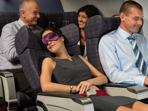 7 tips to avoid looking like a mess after a long flight