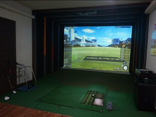 I tried one of the indoor 'screen golf' ranges that South Koreans are obsessed with, and it was a blast