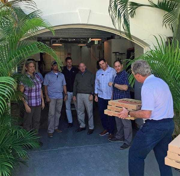 Government shutdown: George W. Bush delivers pizza to Secret Service detail - Business Insider