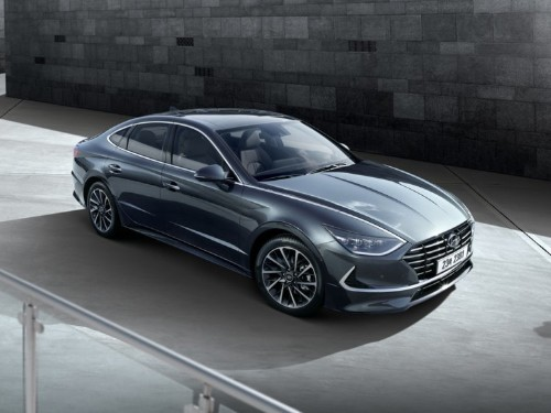 Hyundai just gave us a first look at the new Sonata sedan that will take on the Honda Accord and the Toyota Camry