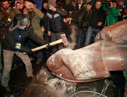 Powerful Photos Of Protesters In Kiev Triumphantly Hammering The Toppled Lenin Statue