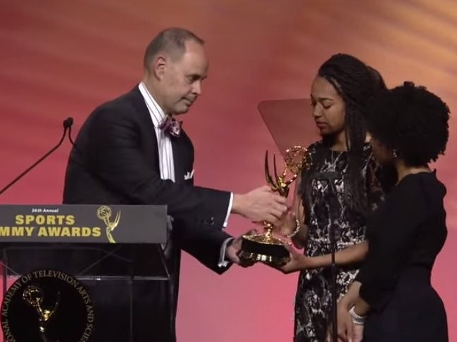 TNT's Ernie Johnson gave his Sports Emmy to Stuart Scott's daughters in a touching tribute