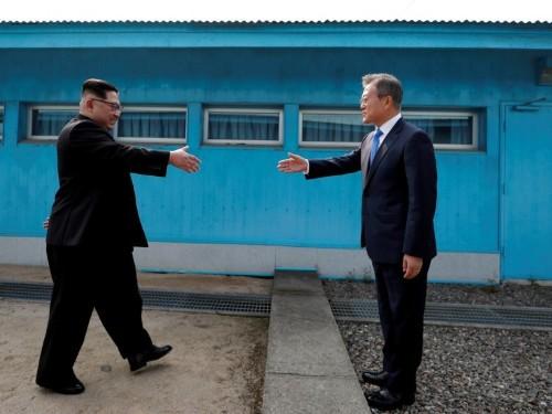 Tourists in Korea are mimicking Kim Jong Un's historic handshake with South Korea's president