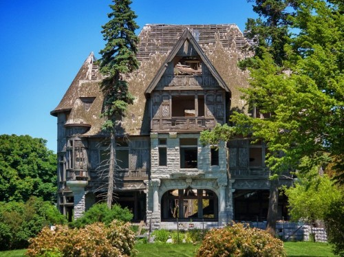 10 abandoned mansions around the world that likely used to be worth millions