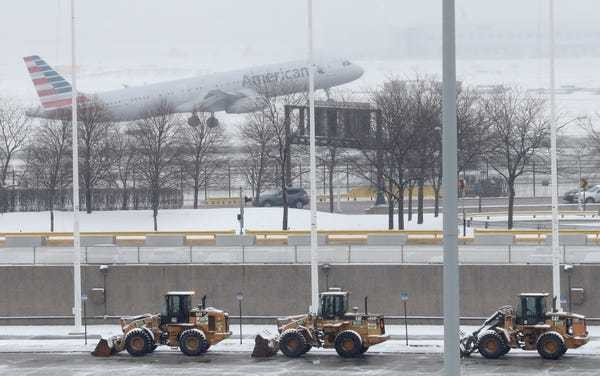 Video shows the moment an American Airlines plane slides off the runway in snowy Chicago - Business Insider