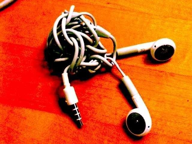There is a mathematical law that controls when your iPhone earbuds get tangled