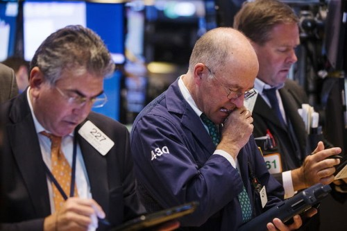 A few big winners keep U.S. stock market afloat in 2015