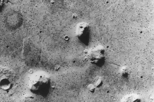 People want NASA to investigate this mysterious crab-shaped object photographed on Mars