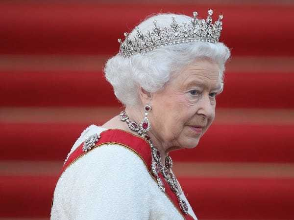 The Queen once scolded photographer Annie Leibovitz for asking her to remove her tiara - Business Insider