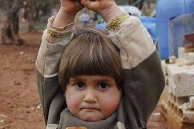 """A Picture Of A 4-Year-Old Syrian Girl """"Surrendering"""" To A Photojournalist Has Gone Viral"""