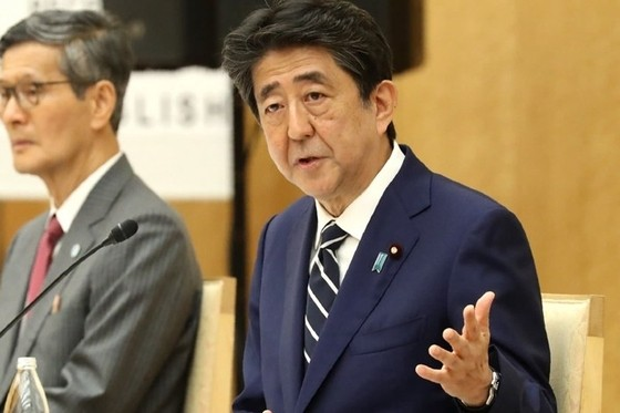 Abe Comes Down on Side of Economy With Decision to Reopen Tokyo
