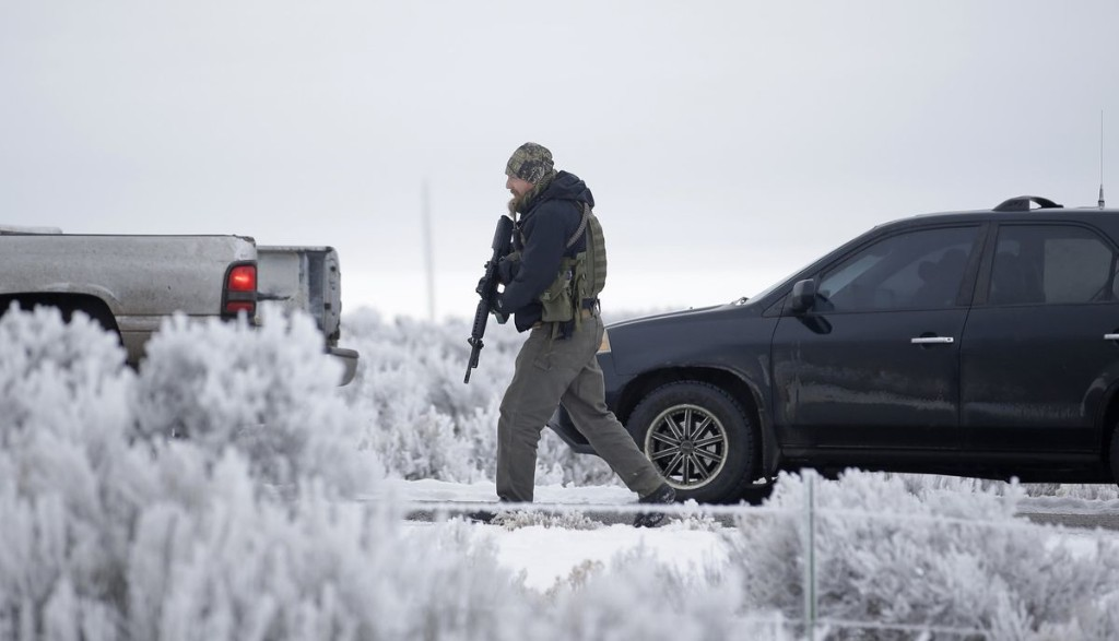 Armed men arrive to 'de-escalate' Oregon refuge standoff, then leave