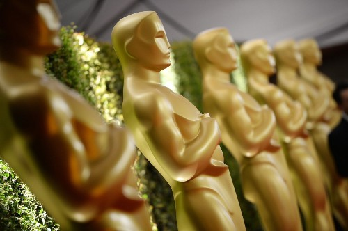 Does long Oscar race help films?