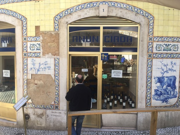 There's a Tile Theft Epidemic in Lisbon