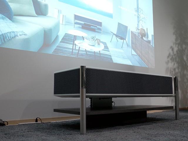ソニー、家具のような4K超短焦点プロジェクタ--壁際設置で最大120インチ