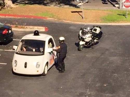 Policía detiene auto de Google y desata suspicacias: ¿le levantó una multa?