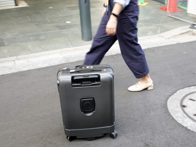 """""""手ぶらで旅行""""をかなえる自走式スーツケース「Airwheel SR5」"""