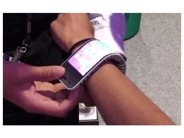 レノボ、曲げて腕に巻けるスマートフォンを披露--フレキシブル画面とセグメント化された本体を採用