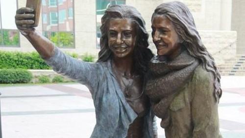 Esta escultura fue inspirada en las 'selfies', y ya desata la ira de muchos