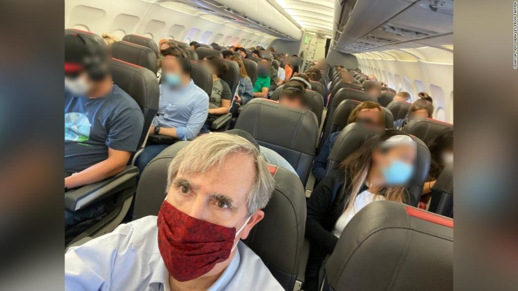 US Senator blasts American Airlines for packing the middle seats on his flight