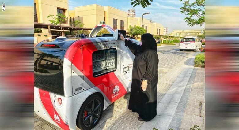 بالصور.. سيارة ذاتية القيادة توزع كمامات ومطهرات في الإمارات