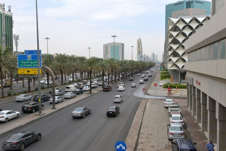 السعودية: 3 وافدين خطفوا مقيمة وابتزوا ذويها في بلادها قبل ضبطهم