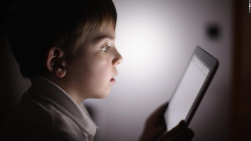 Stop letting your kids stare at iPads in restaurants, science says