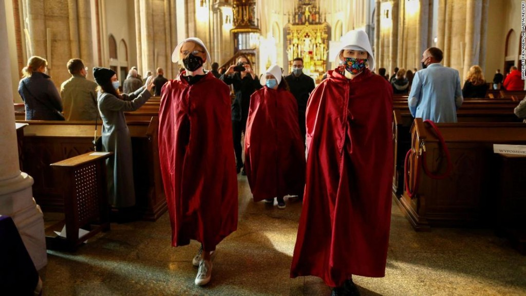 Polish women disrupt church services in protest at abortion ban