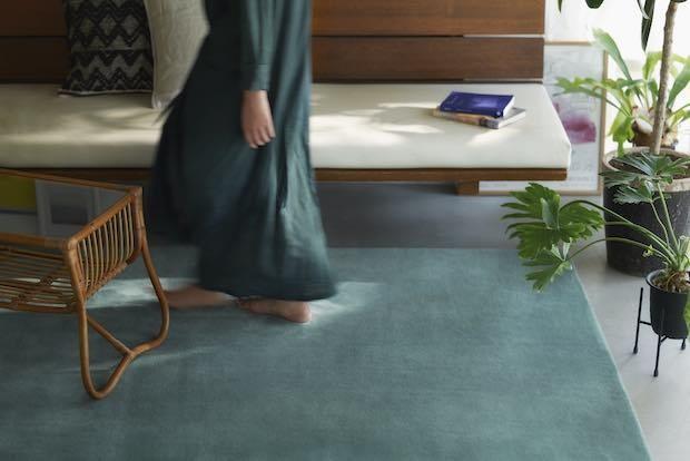 こういうカーペットが欲しかった!〈トラフ建築〉と〈山形緞通〉による日常に溶け込む無地のカーペット〈MANYO〉