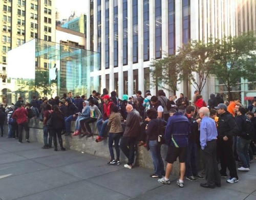 iPhone 6 lines in NYC are still bigger than big a month after launch