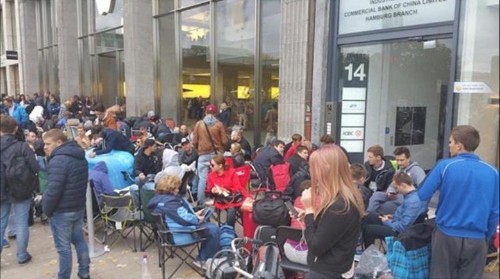 Apple fans (and a robot) line up around world for iPhone 6s launch