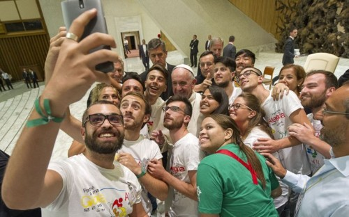 Pope says nope to smartphones at dinner