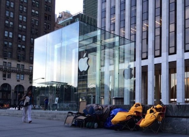 Pro line sitters are already camping on New York sidewalks for iPhone 6