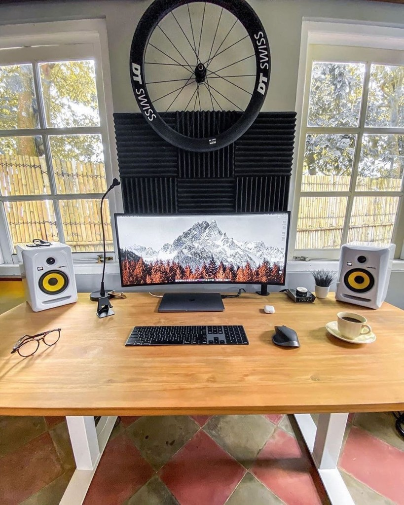 This roomy desk is great for getting work done [Setups] | Cult of Mac