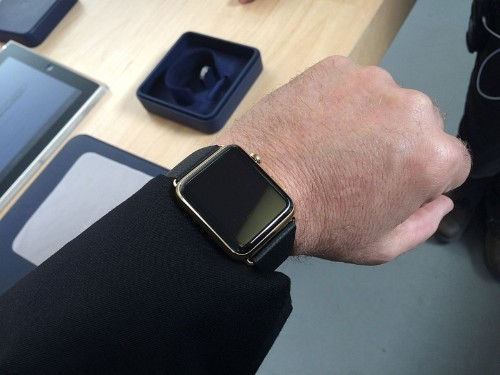 Gold Apple Watch looks great on my wrist. If only I could turn it on.