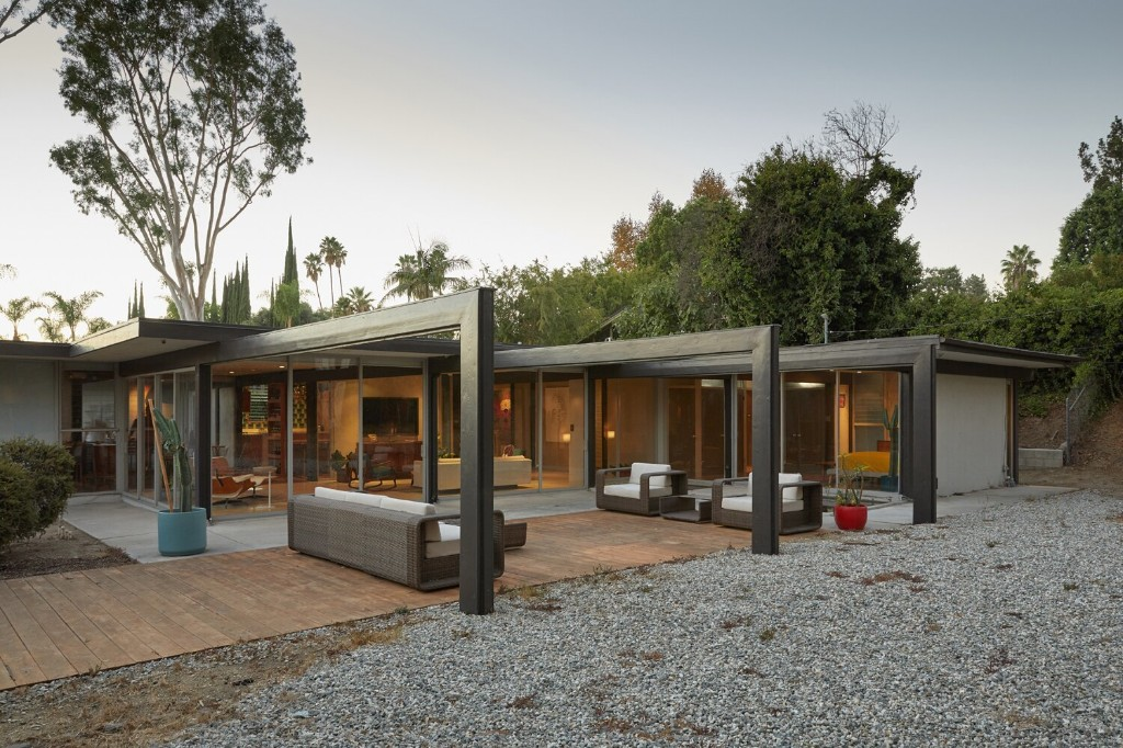 "A Midcentury Los Angeles Home With ""Spider Leg"" Beams Asks $1M"
