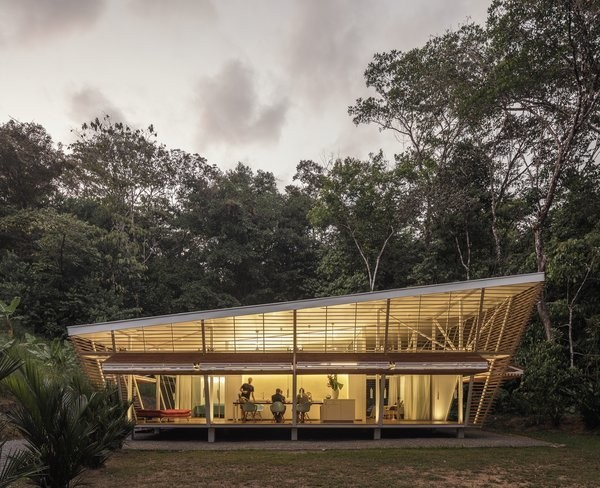 "This ""No Footprint"" Prefab Embraces Tropical Modernism and Sustainable Design"