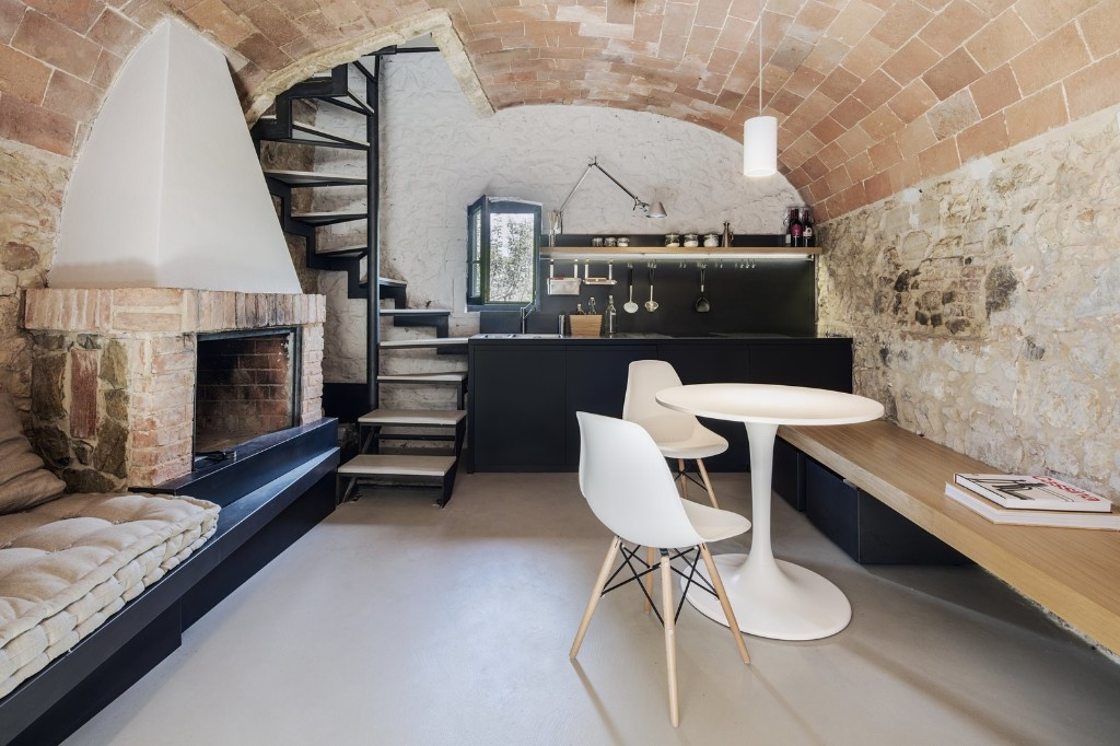 An Old Stone Building in Tuscany Becomes a Modern Hideaway