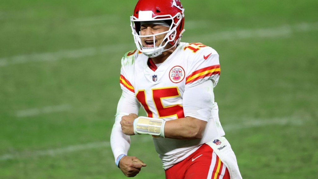 Patrick Mahomes outduels Derek Carr to all but seal AFC West for Kansas City Chiefs