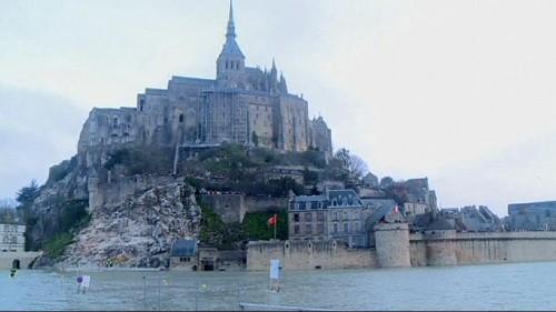 "A ""maré do século"" inunda Monte St Michel de turistas"