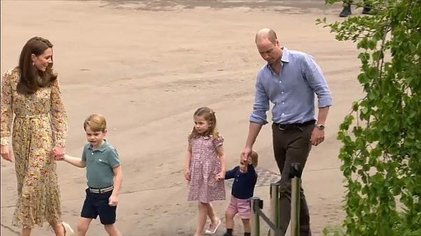 بلغ الأمير البريطاني جورج عامه السادس، الاثنين، ونشر والداه صورا لابنهما الأكبر والابتسامة تملأ وجهه وهو يرتدي قميص منتخب انجلترا لكرة القدم احتفالا بهذه المناسبة.