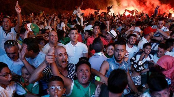 Calcio e caos: i tifosi dell'Algeria festeggiano (con violenze e disordini)