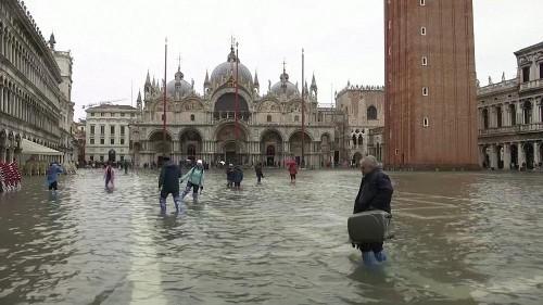 Venise sous les eaux, les touristes sortent les bottes