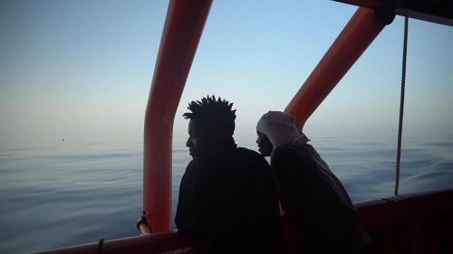 شاهد: احتفال على متن سفينة أنقذت مهاجرين وتلقت إذنا بالتوجه إلى جزيرة إيطالية