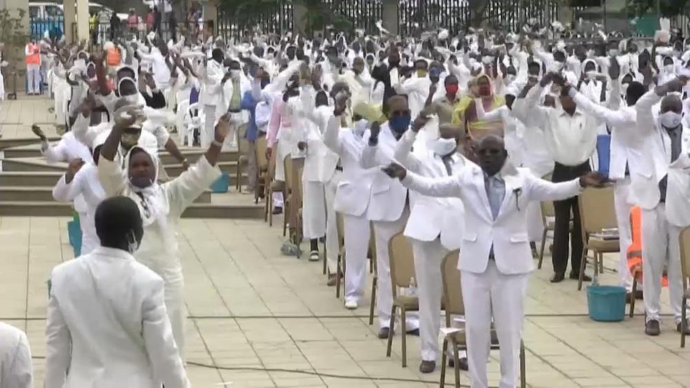 Angolanos regressam às igrejas