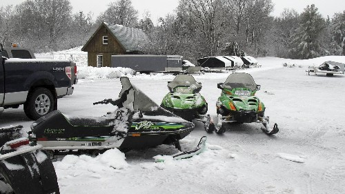 La glace cède, 5 touristes français à motoneige disparaissent dans les eaux au Québec
