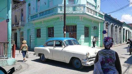 Dans ce carnet de voyage à Cuba, notre journaliste Cristina Giner découvre Cuba en faisant une première étape dans sa capitale La Havane avant de rejoindre Varadero et Santiago de Cuba, un périple riche en couleurs, musiques et chaleur.