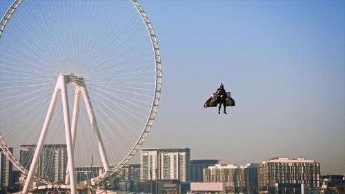 Wie eine Rakete! Jetman fliegt 1.800m hoch über der Skyline von Dubai