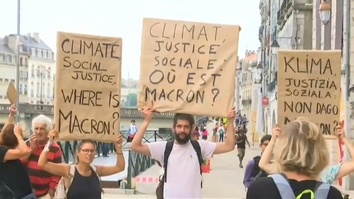 Protest: Macron auf den Kopf gestellt